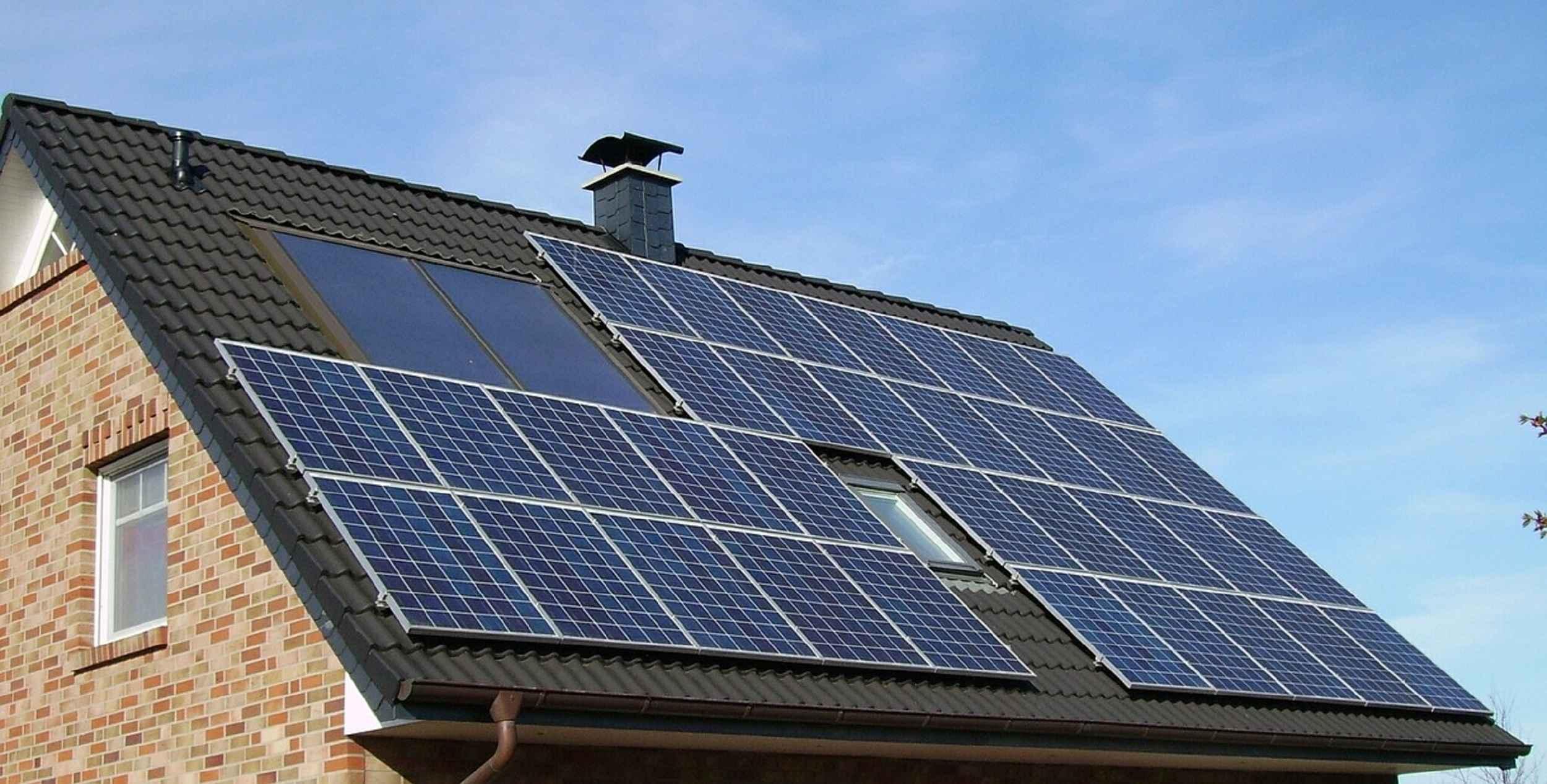 Vor allem bei Gebäuden mit großen Photovoltaikanlagen im Verhältnis zum Stromverbrauch lohnt sparen Erneuerbare eine Menge Heizöl. // Foto: Pixabay